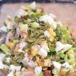 Питательный и салат с куриной грудкой, овощами и семечками.